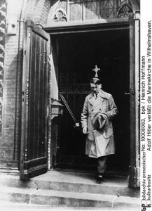 Adolf Hitler verläßt die Marinekirche in Wilhelmshaven,